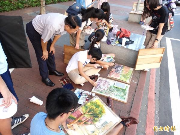 新竹市警局局長張永仰前往為參賽的治安小天使們加油打氣。(記者蔡彰盛攝)