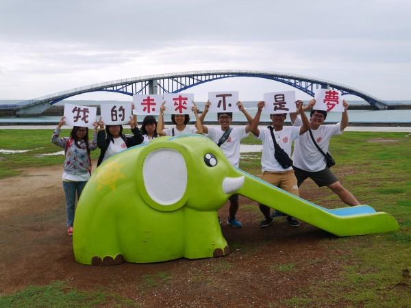 由世新大學校友李孟發發起的「綠島大象」活動,歷經5年終於完成環台22縣市,在澎湖縣畫下完美句點,隨後立刻重啟旅程,將前往香港進行環境教育交流。(世新大學提供)