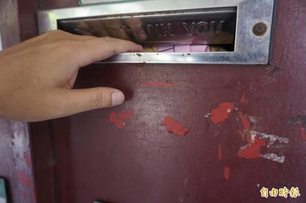 不少信箱投遞口過於狹小、銳利,一不小心手指就會遭到夾傷、割傷。(記者張安蕎攝)
