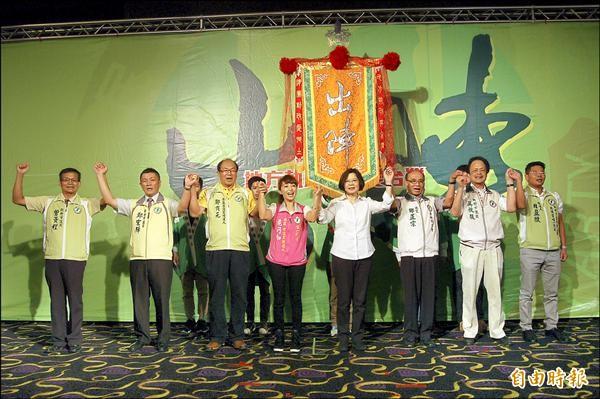 民進黨主席蔡英文(右四)為七名黨提名竹市議員參選人授旗造勢。(記者蔡彰盛攝)