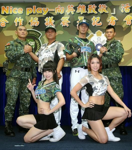 國防部與職棒桃猿隊合作慶祝93軍人節,在週末邀請國軍楷模與眷屬欣賞球賽。(記者方賓照攝)