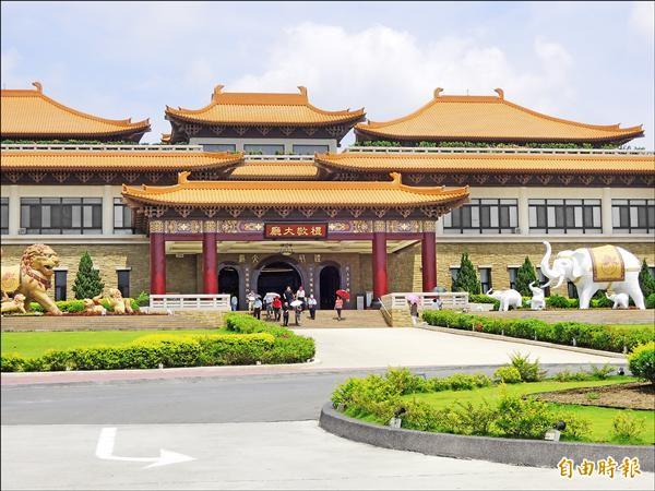 佛陀紀念館擬新建佛光堂,因事先未向市府申報水土保持計畫遭罰。圖為佛館前禮敬大廳。(記者黃旭磊攝)