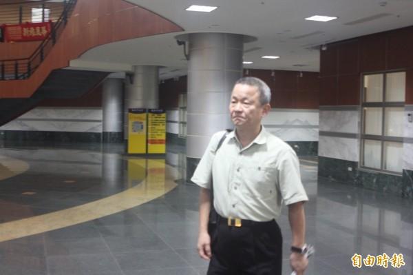 市議會秘書長葉景棟被調查局人員帶回調查。(記者盧賢秀攝)