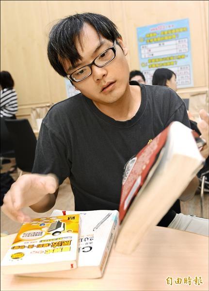 法律系畢業的李阿翰,求職應徵都碰壁,下定決心拚國家考試。(記者張嘉明攝)