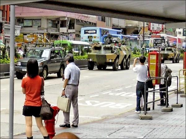 香港街頭突然出現解放軍裝甲車。(取自網路)