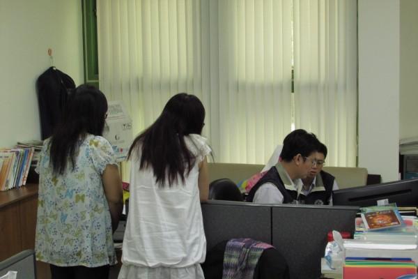 檢調人員昨日搜索基隆市議會。(記者盧賢秀攝)