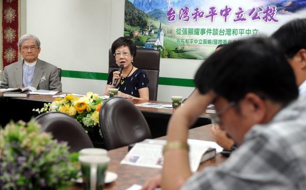 前副總統呂秀蓮(左二)今日召開「從張顯耀事件談台灣和平中立」座談會,前國防部長蔡明憲(左)等人與會。(記者朱沛雄攝)