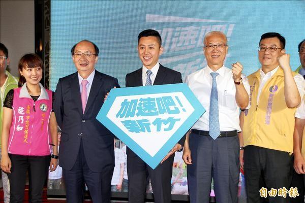 民進黨提名新竹市長參選人林智堅(左三)昨天發表競選政見。(記者蔡彰盛攝)