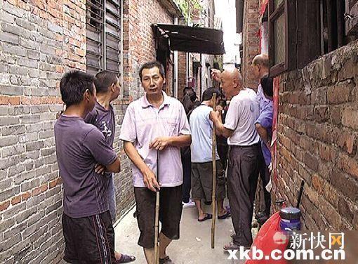 村民們走在路上都要準備木棍自保。(圖片擷自新快報)
