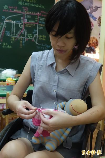 長腿美女李蕙伊在遭逢車禍必須以輪椅代步後,如今在創作襪子娃娃找到前進的力量。(記者劉曉欣攝)