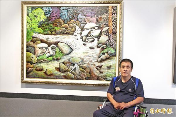 張永銘在作品「生命之歌」前合影。這是他用嘴叼著畫筆辛苦創作8個月的心血。 (記者張軒哲攝)