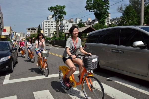 YouBike推出以來,帶動自行車風潮,但違規情形也越來越多,1999市民當家熱線接獲投訴案跟著爆增。(資料照,記者吳為恭攝)