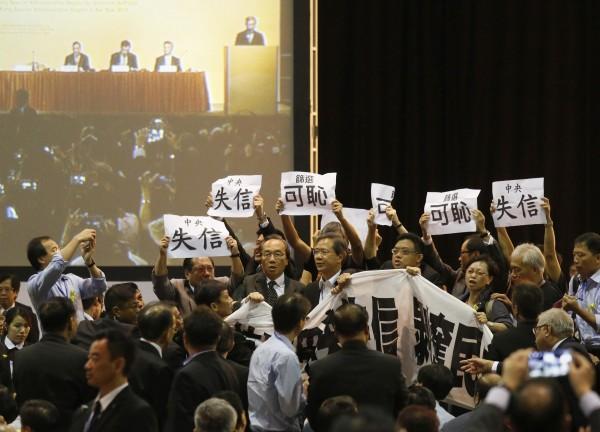 泛民派立法會議員在香港政改簡介會場內大聲示威,高喊「中央失信、中央可恥、剝奪普選」。(路透)
