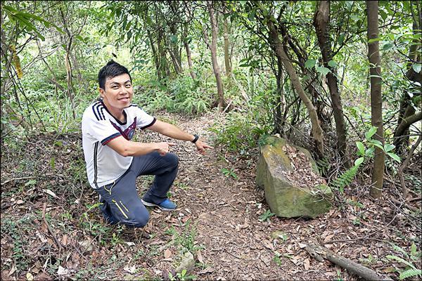 日文石碑刻有「台灣啊,要永遠幸福」,因埋沒在北投山區,所以不易發現 。(部落客六肆零(劉士銘)提供)