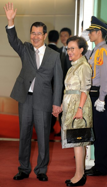 中國國台辦遞交APEC邀請函的行為疑似矮化台灣。圖為去年前副總統蕭萬長(左)總統特使身分率團前往峇里島參加APEC經濟領袖會議。(資料照,記者朱沛雄攝)