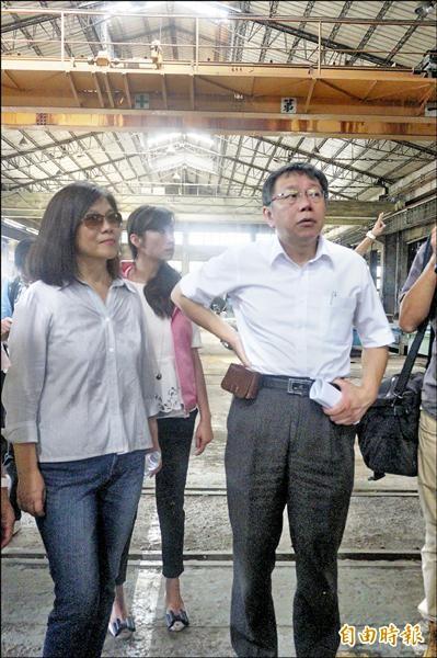 無黨籍台北市長參選人柯文哲(右)昨天在民進黨立委管碧玲陪同下,參訪台鐵台北機廠,提出「全區保存、分區維護」想法。(記者涂鉅旻攝)