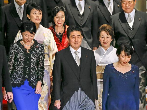 日本首相安倍晉三(中)延攬5名女性入閣,分別為經濟產業大臣小淵優子(左起)、女性活躍大臣有村治子、法務大臣松島綠、國家公安委員長兼拉致(日人綁架)大臣山谷惠里子,以及總務大臣高市早苗。(歐新社)