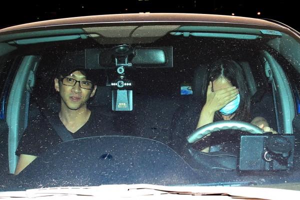 陳漢典被本報拍到開房間時,為了保護女友途中他把口罩讓給女友戴,表情尷尬的他則以正臉示人。(專案組)