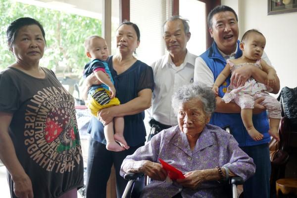 頭份鎮鎮長徐定禎拜訪鎮內百歲人瑞,親手致贈1千元中秋敬老禮金。(記者鄭鴻達翻攝)