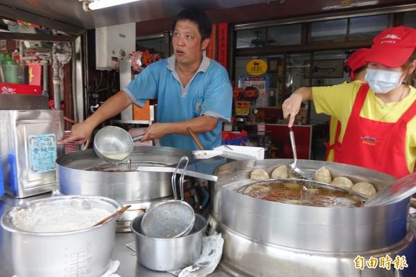 彰化縣北斗肉圓生業者范振森(圖左),強調都是用芳福油品來炸肉圓。(記者劉曉欣攝)