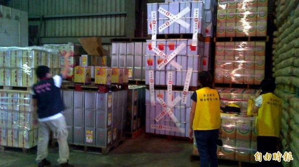 桃園縣政府衛生局人員查扣368桶全統香豬油。(記者周敏鴻攝)