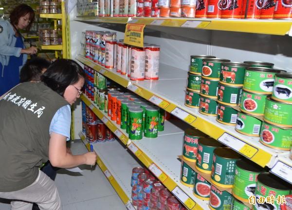 南市衛生局人員前往台糖量販店稽查,味全公司的問題產品已下架。(記者吳俊鋒攝)