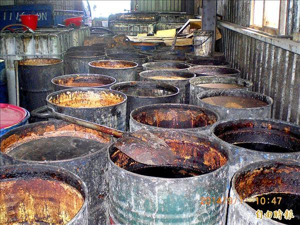 高市衛生局、刑事局南打中心昨日查獲黑心業者以回收的餿水油等廢油,混雜成食用油販售,683噸流入市面。(記者黃建華攝)
