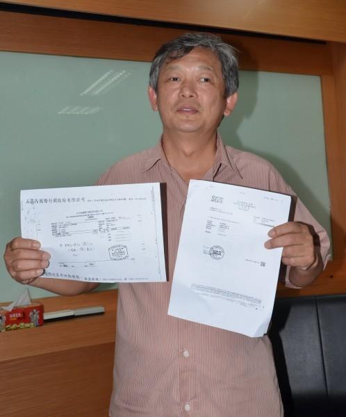 「五花馬」董事長胡達勇出示採購單,強調已換豬油廠商。(記者吳俊鋒攝)