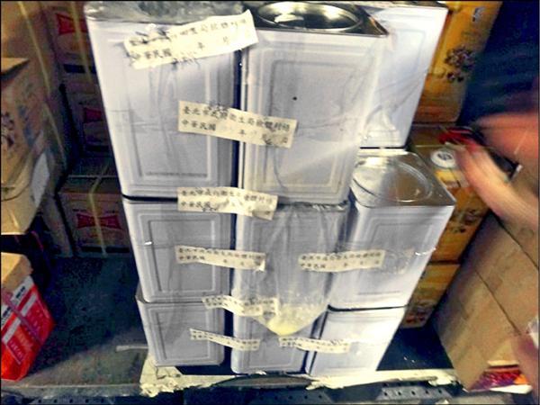 ▲北市衛生局稽查佛晨公司,將現場發現的剩餘油桶進行封存。(北市衛生局提供)