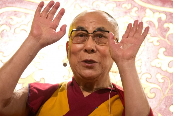 達賴喇嘛日前接受德國媒體訪問,表示為了順應民主發展,希望在自己死後結束達賴喇嘛的轉世,藏傳佛教的信徒將不會再尋找下一任達賴喇嘛,結束達賴喇嘛轉世傳承。(法新社)