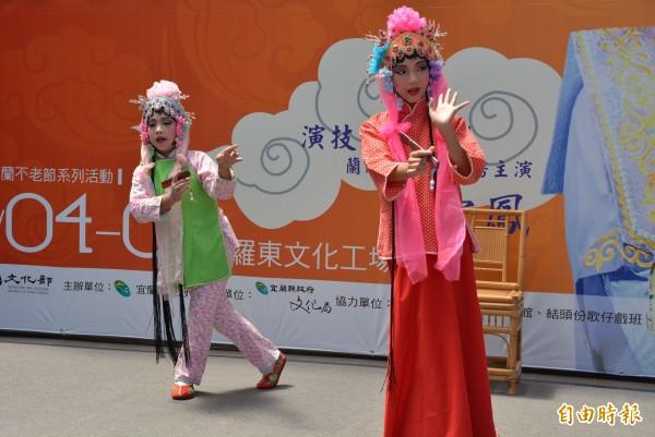 現場邀請去年大賽冠軍,3名國小學童,演出得獎作品「賞花」。(記者朱則瑋攝)