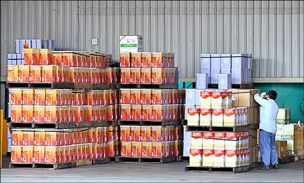 一位強冠前員工爆料指出,強冠從民國九十年就已自香港進口劣質油,混合郭烈成的油後再出售,保守估計強冠製作黑心油的時間已經十三年。(資料照)