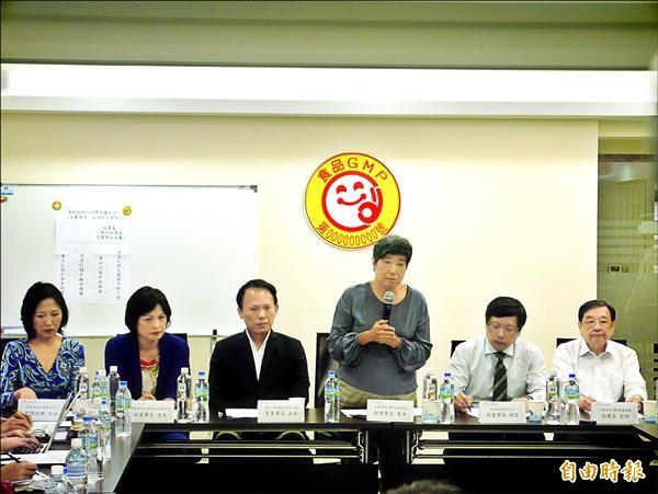 台灣食品GMP協會昨日由理事長孫寶年與業者代表出席記者會,為造成消費者不安道歉。(記者林惠琴攝)