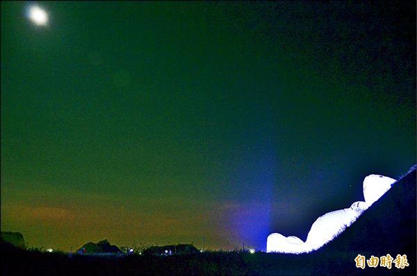 ▲昨天是中秋節,霍夫曼作品「月兔」,正望著天上一輪明月。(記者謝武雄攝)
