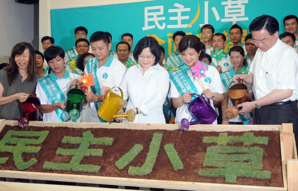民進黨9日舉行「2014民主小草青年參政」記者會,主席蔡英文(中)為青年參選人造勢。(記者方賓照攝)