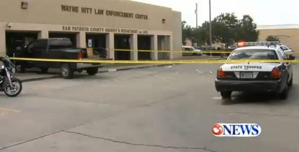 美國德州8日發生男子開車衝撞警局事件,犯案男子當場遭到警方開槍擊中,送醫不治身亡。(圖擷取自Kiii-TV 3 News)