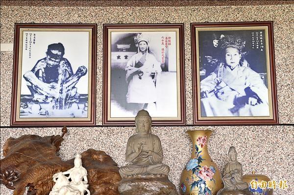 徐家還留有徐桂妹修道及「坐缸」時期的照片。(記者邱芷柔攝)
