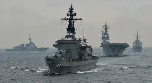 日本與美國正私下討論,是否讓日本擁有對外攻擊能力,圖為日本海上自衛隊2013年間的演習情況。(法新社資料照)