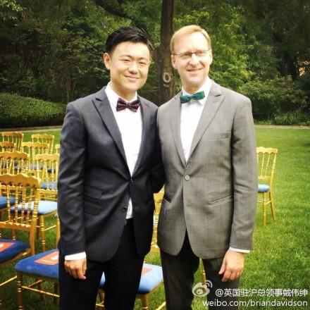 英國駐上海總領事戴偉紳和中國男友張志鵠成為中國第二對登記註冊結婚的英國同性戀伴侶。(圖擷取自戴偉紳微博)