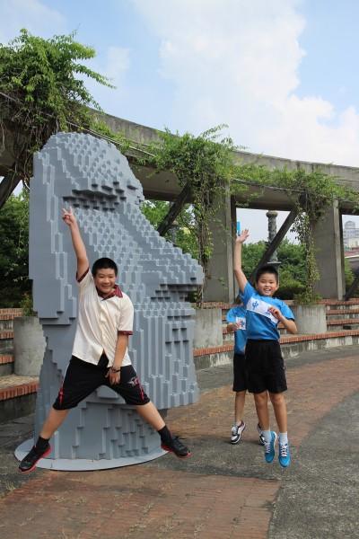 摩埃石像今起現身新竹縣文化局文化廣場。(記者黃美珠攝)