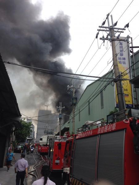 新北市泰山區中港南路一帶上午傳出火警,延燒4間工廠。(民眾提供)