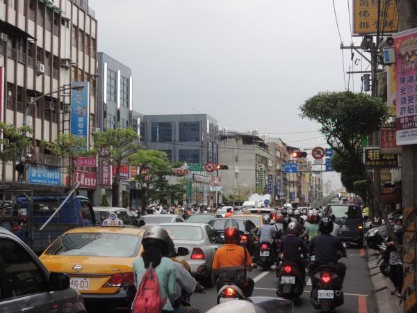 新北市永和區成功路一段火警造成上班時間塞車。(記者翁聿煌攝)