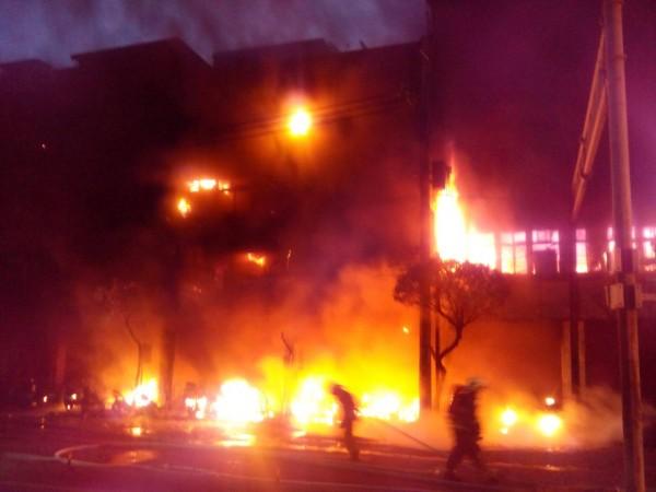 新北市永和區成功路一段今天清晨傳出老舊公寓騎樓機車疑遭縱火,造成1人死亡、24人嗆傷送醫、波及28戶民宅。(照片由民眾提供)
