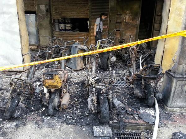 大火燒毀53輛機車。(記者林郁姍攝)