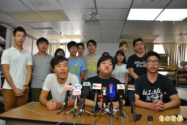不滿中國影響香港特首普選,香港專上學生聯會、大專政改關注組等學運組織,今下午宣布已集結22校,將在9月22日當天發動罷課行動,爭取香港的民主與公義。(記者吳柏軒攝)