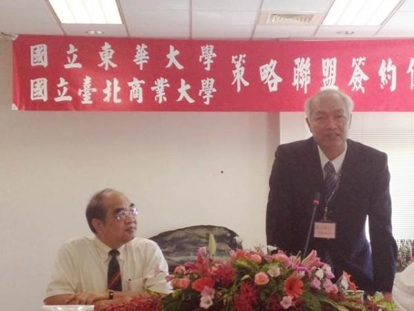 增加招生誘因,擴大結盟,台北商業大學校長張瑞雄(右)和東華大學校長吳茂昆(左)合推「島內留學」計畫。(圖由北商大提供)