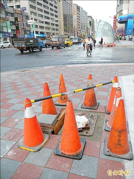 南京東路復舊,還有多處人行道上仍在施工。(記者吳亮儀攝)