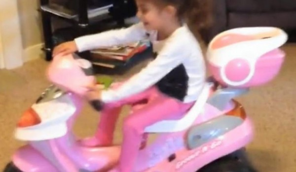 美國3歲女童伊西絲因與伊斯蘭國「同名」,飽受嘲笑。(圖片擷取自《鏡報》)