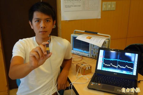 台灣大學電子工程學研究所與台大醫學院合作,研發能即時監控病患胸腔阻抗的電路晶片,可將數據上傳手機供醫師診斷其心血管疾病變化。(記者吳柏軒攝)
