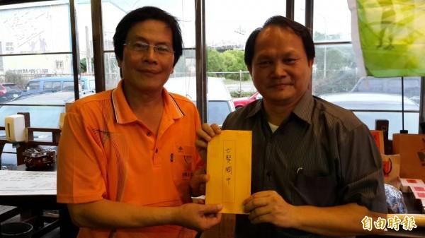 會長蕭志煌(左)代表太九高爾夫球隊捐出公益比賽所得,由七賢國中校長羅振宏(右)代表接受。(記者洪定宏攝)